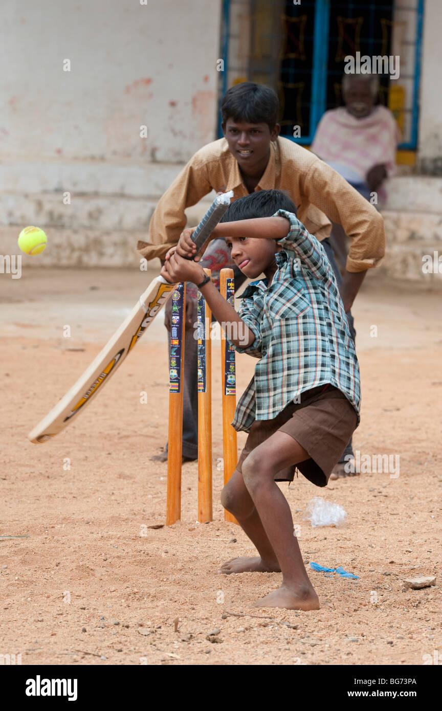 Village de l'Inde rurale les garçons à jouer au cricket dans un village. Nallaguttapalli, Andhra Pradesh, Photo Stock