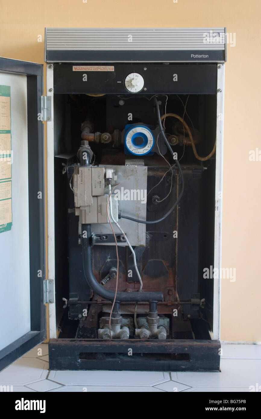 Vieux, inefficace, le gaz domestique chaudière pour le chauffage central, London UK Photo Stock