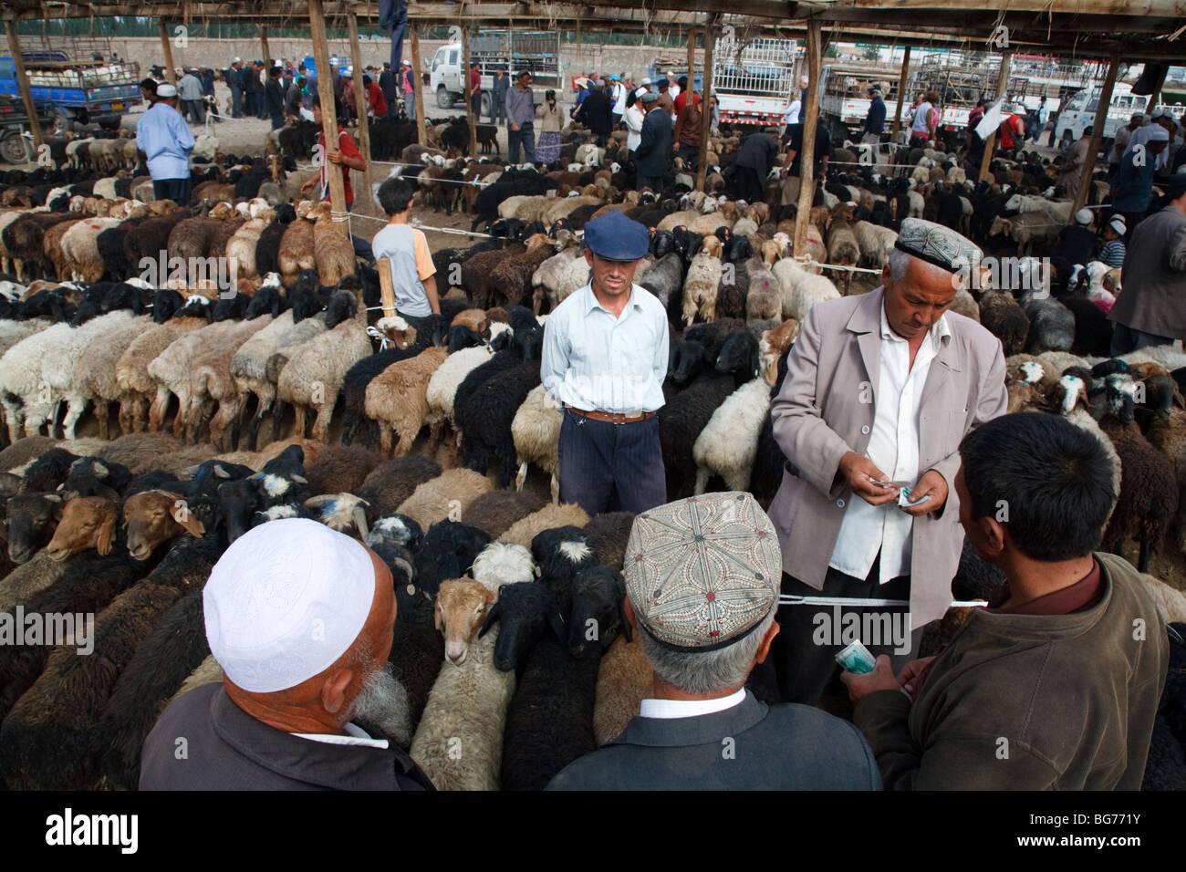 L'élevage traditionnel du dimanche et marché de producteurs à Kashgar, la province du Xinjiang, Photo Stock