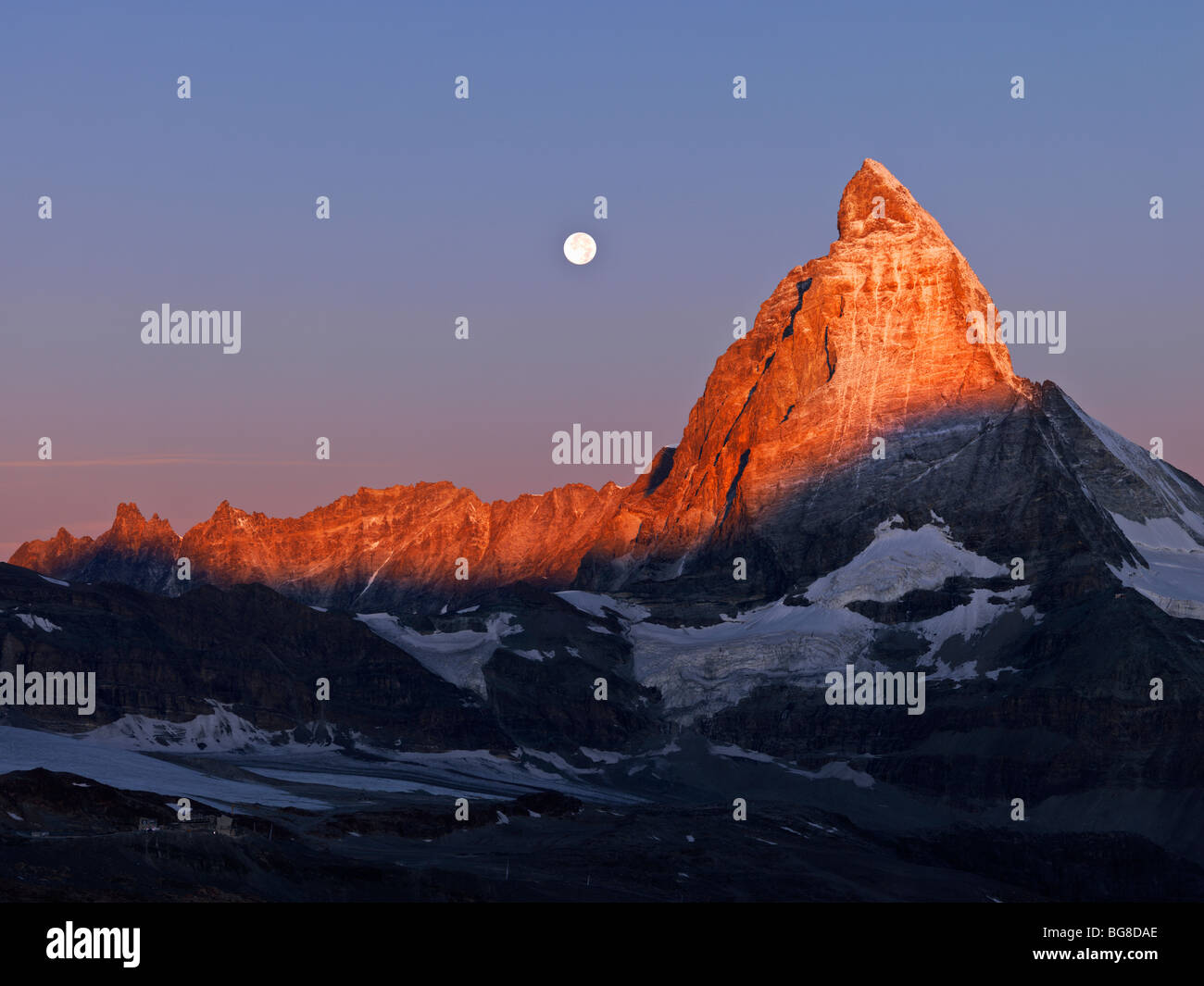 Suisse, Valais, Zermatt, le Gornergrat,lune se couche sur le Mont Cervin à l'aube Photo Stock