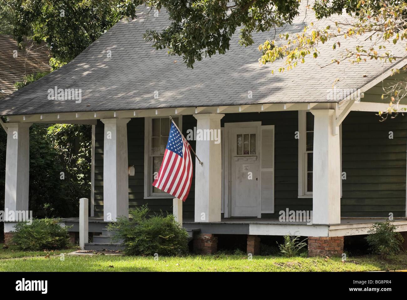 Le Porche De La Maison drapeau américain sur le porche de la maison, thomasville, géorgie