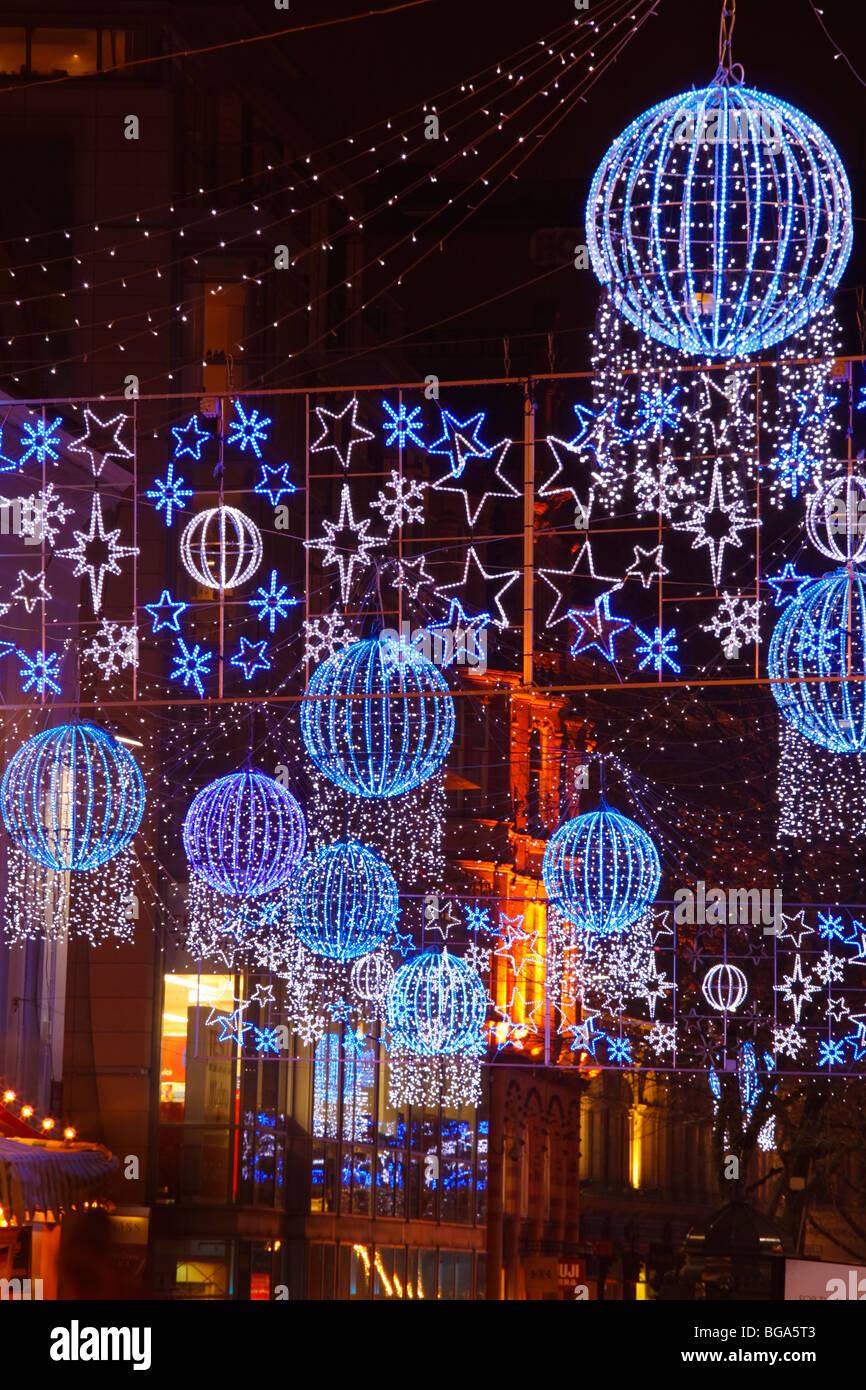 Le marché allemand à Bimingham City Centre à Noël. Lumières de Noël et décorations. Photo Stock