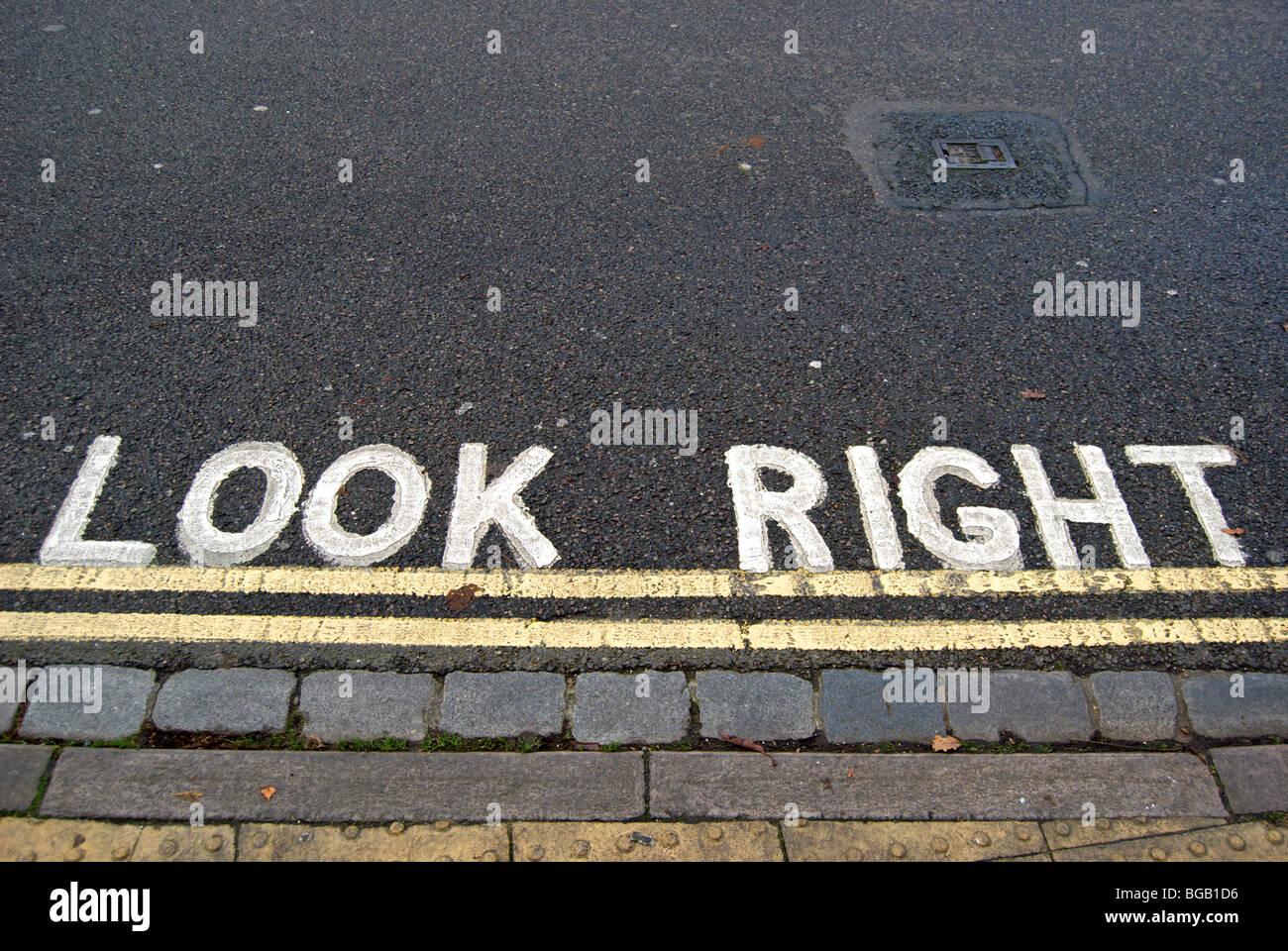 Regardez à droite la signalisation avec double lignes jaunes Photo Stock