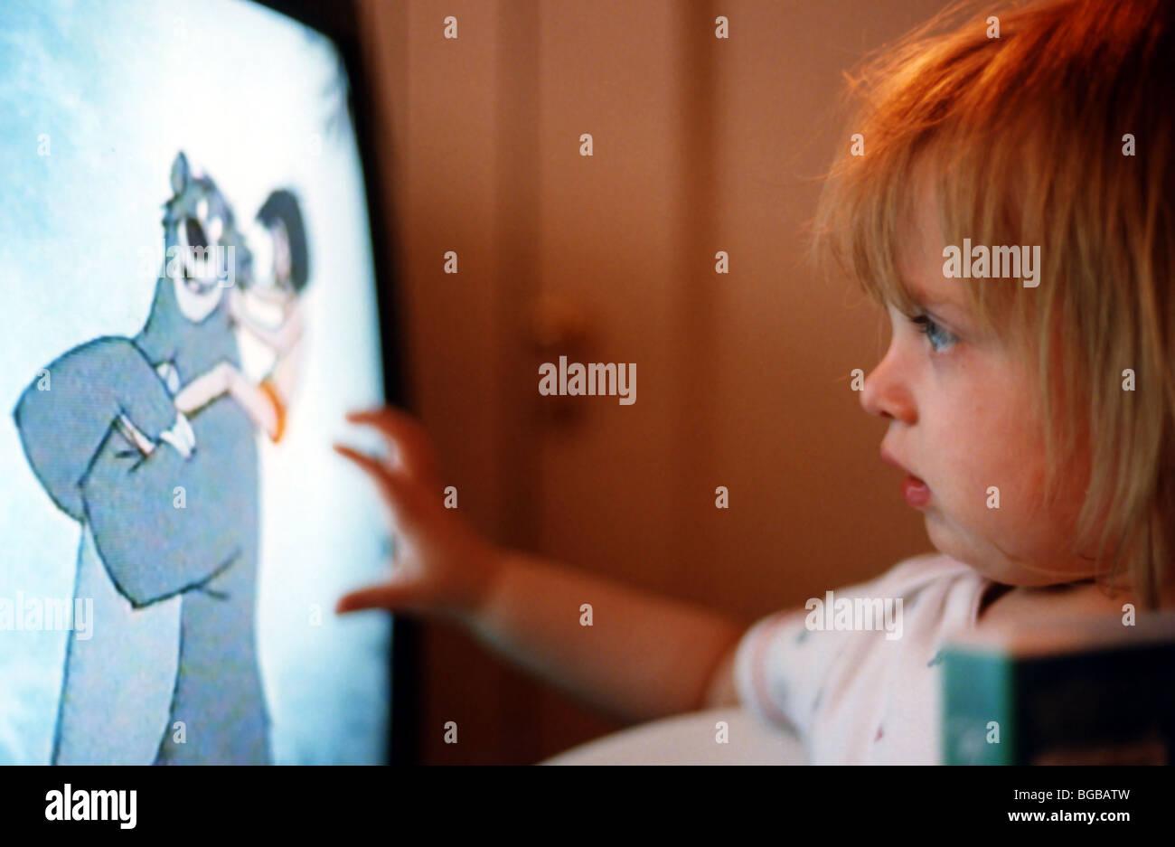 Photographie de l'enfant regardant la télévision télévision dessins animés pour les enfants à Banque D'Images