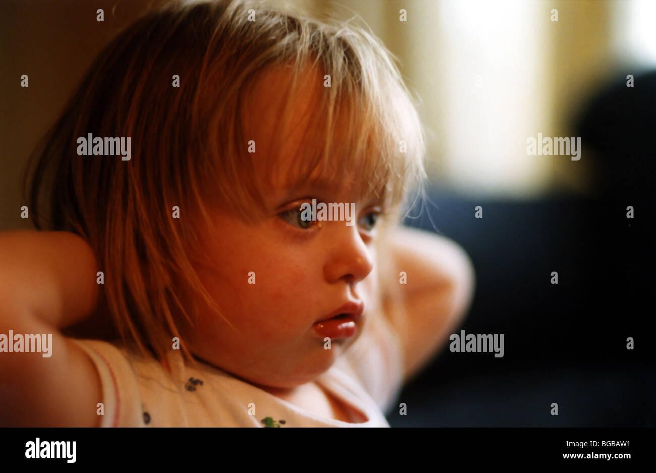 Photographie de l'enfant regardant la tv television grossoyée childrens Banque D'Images
