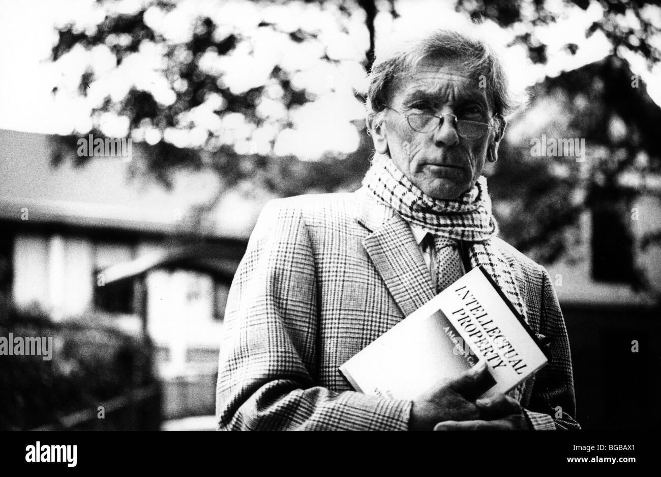 Photographie de l'homme habile, professeur enseignant le principe de propriété intellectuelle Banque D'Images
