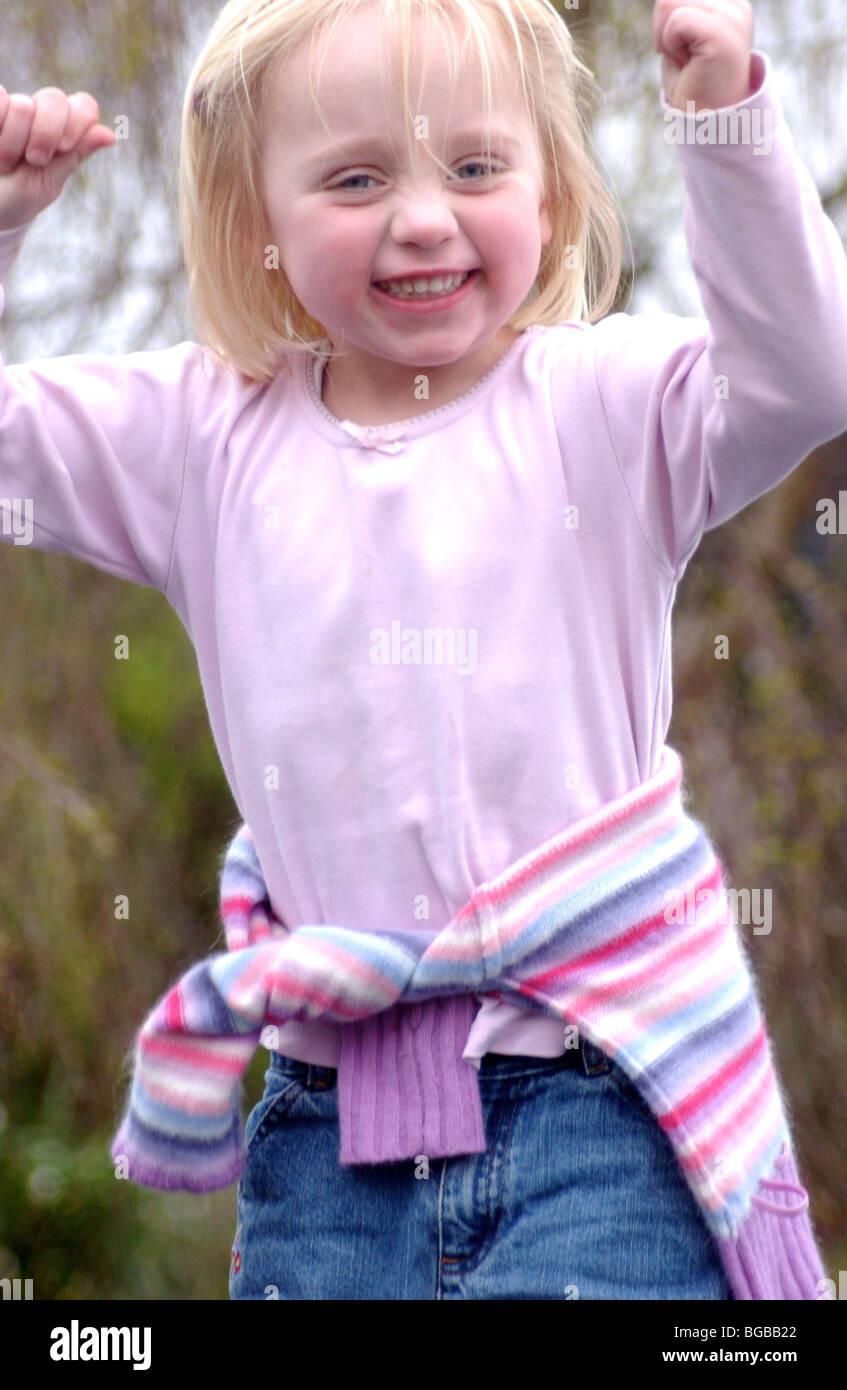 Photographie de la réussite de ses réalisations pour enfants fille célébration UK Banque D'Images