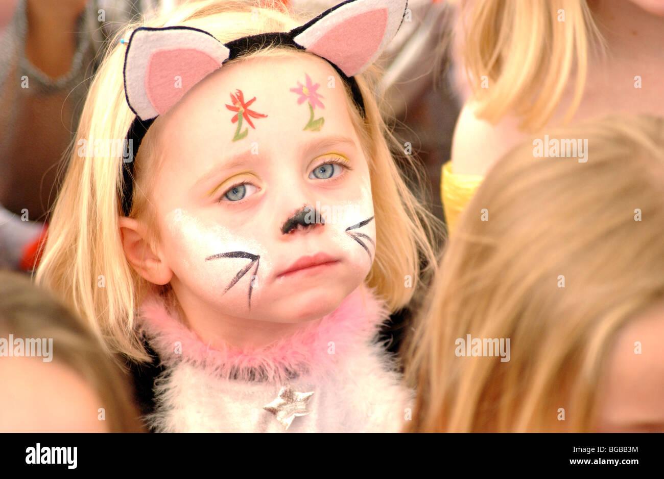 Photo de jeune fille partie face paint animation anniversaire ennuyé et malheureux. Banque D'Images