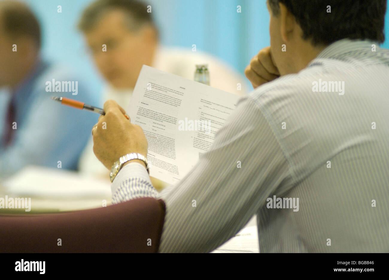 Photographie de l'homme affaire réunion client pensée puissante Banque D'Images