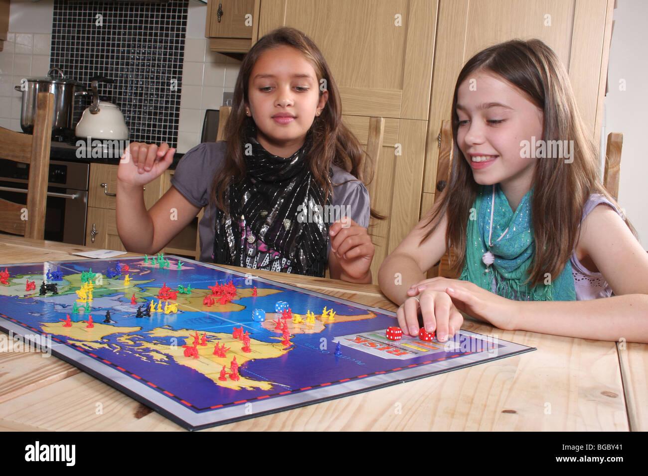 Enfants jouant le jeu de risque. Banque D'Images