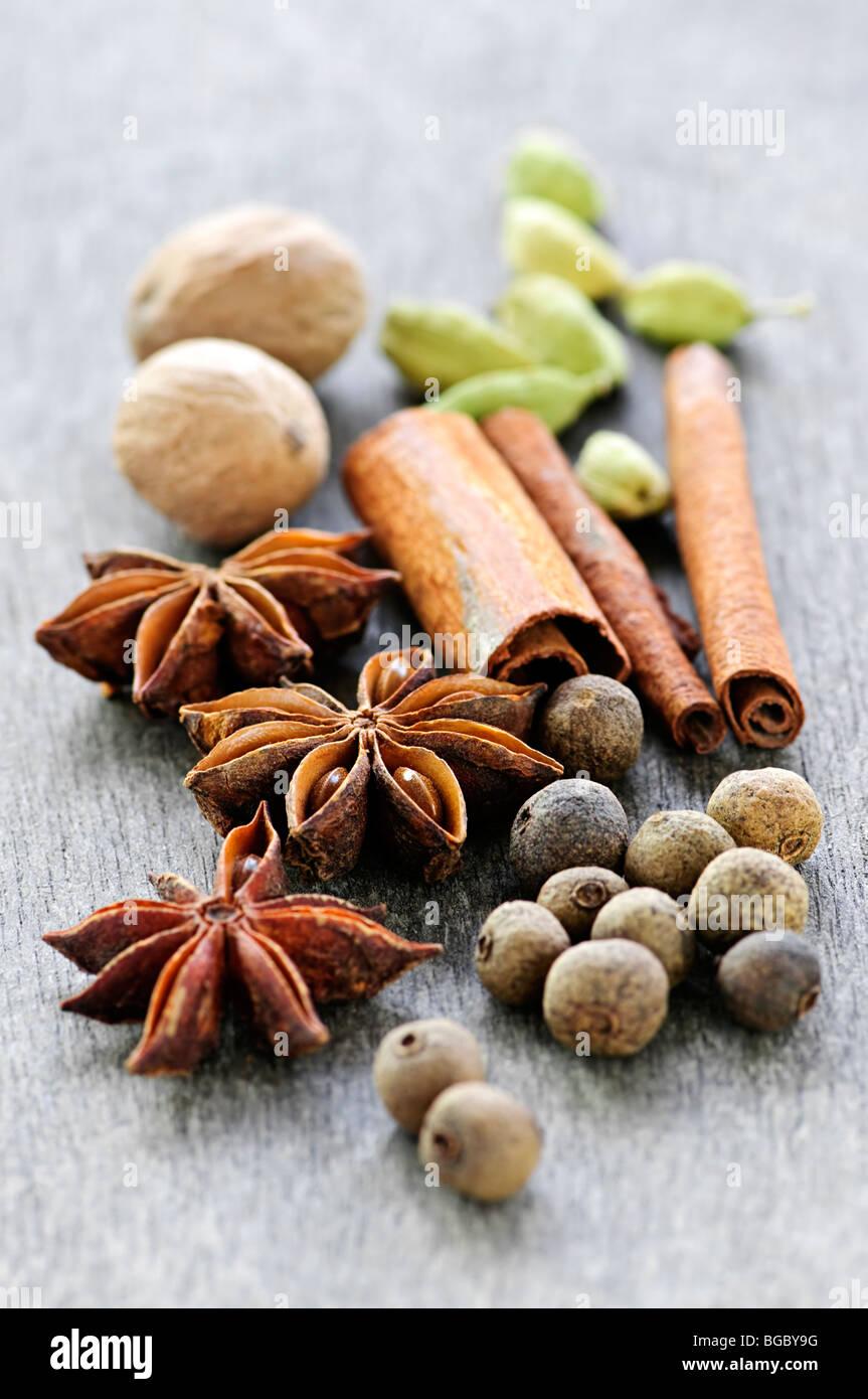 Assortiment épices entières close up sur fond de bois Photo Stock