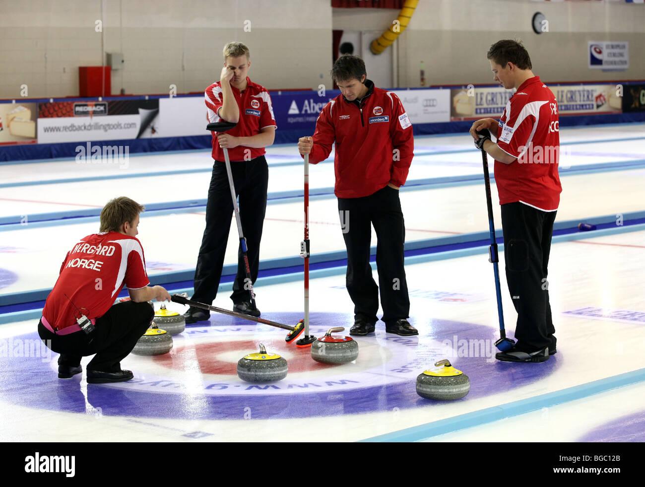 Joueurs participant aux championnats mondiaux de curling à la patinoire de Linx à Aberdeen, Écosse, Photo Stock
