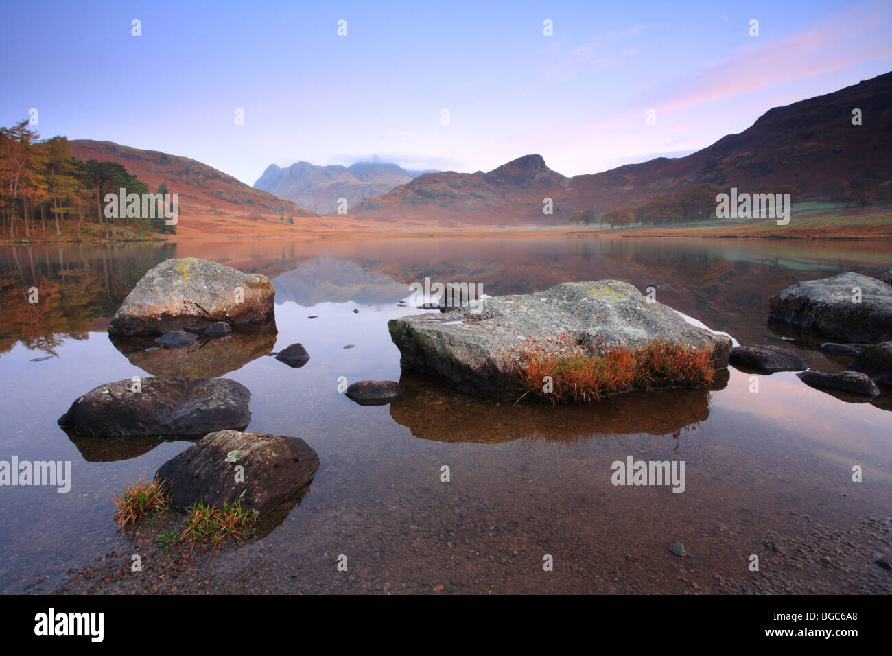 'Blea Tarn peu les rochers de Langdale reflétée au bord de l'eau, Parc National de Lake District, Photo Stock
