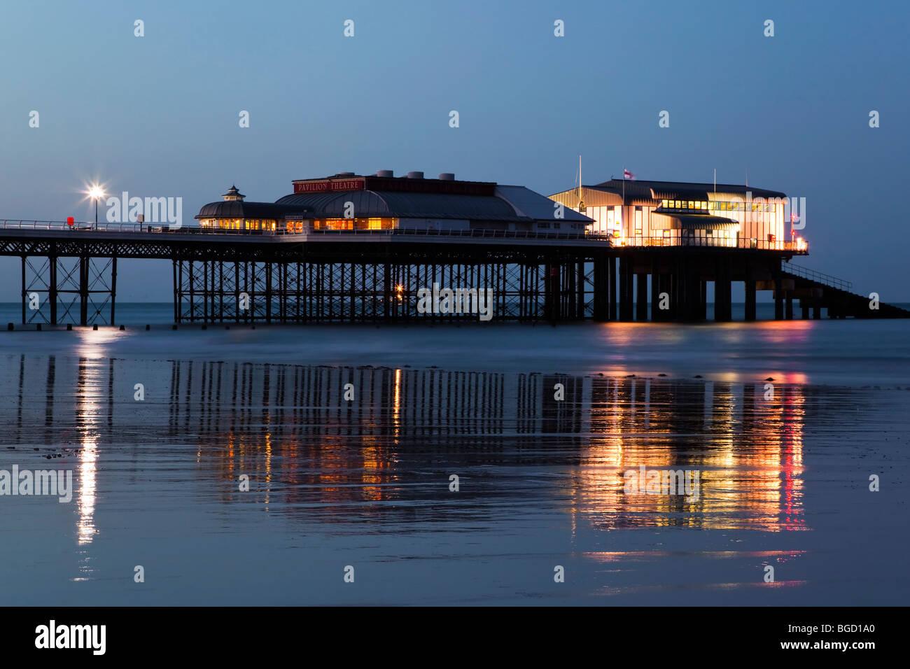 Soirée reflets dans le sable humide - Jetée de Cromer dans North Norfolk Photo Stock