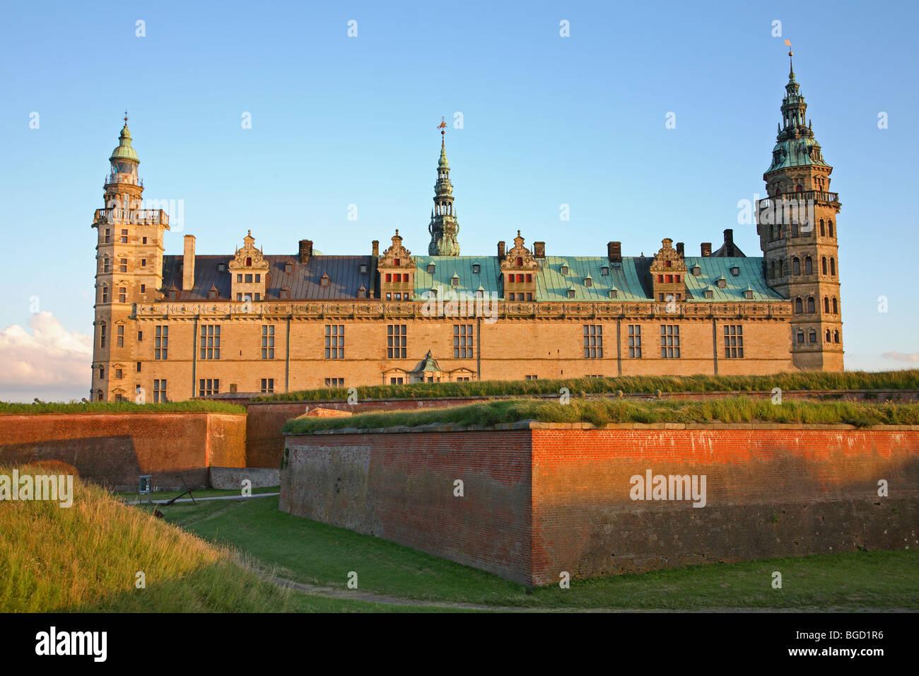 Le château renaissance de Kronborg à Helsingør, Danemark, dans le soleil du soir un soir d'été nordique. Banque D'Images