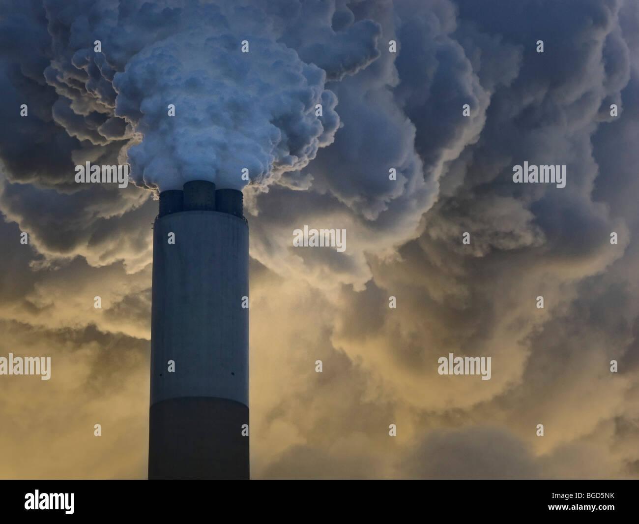Une épaisse fumée Spumes hors d'une centrale électrique cheminée Photo Stock