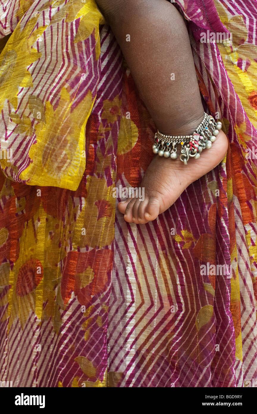Les bébés indiens pied nu portant un bracelet de cheville contre les mères à motifs à rayures Photo Stock