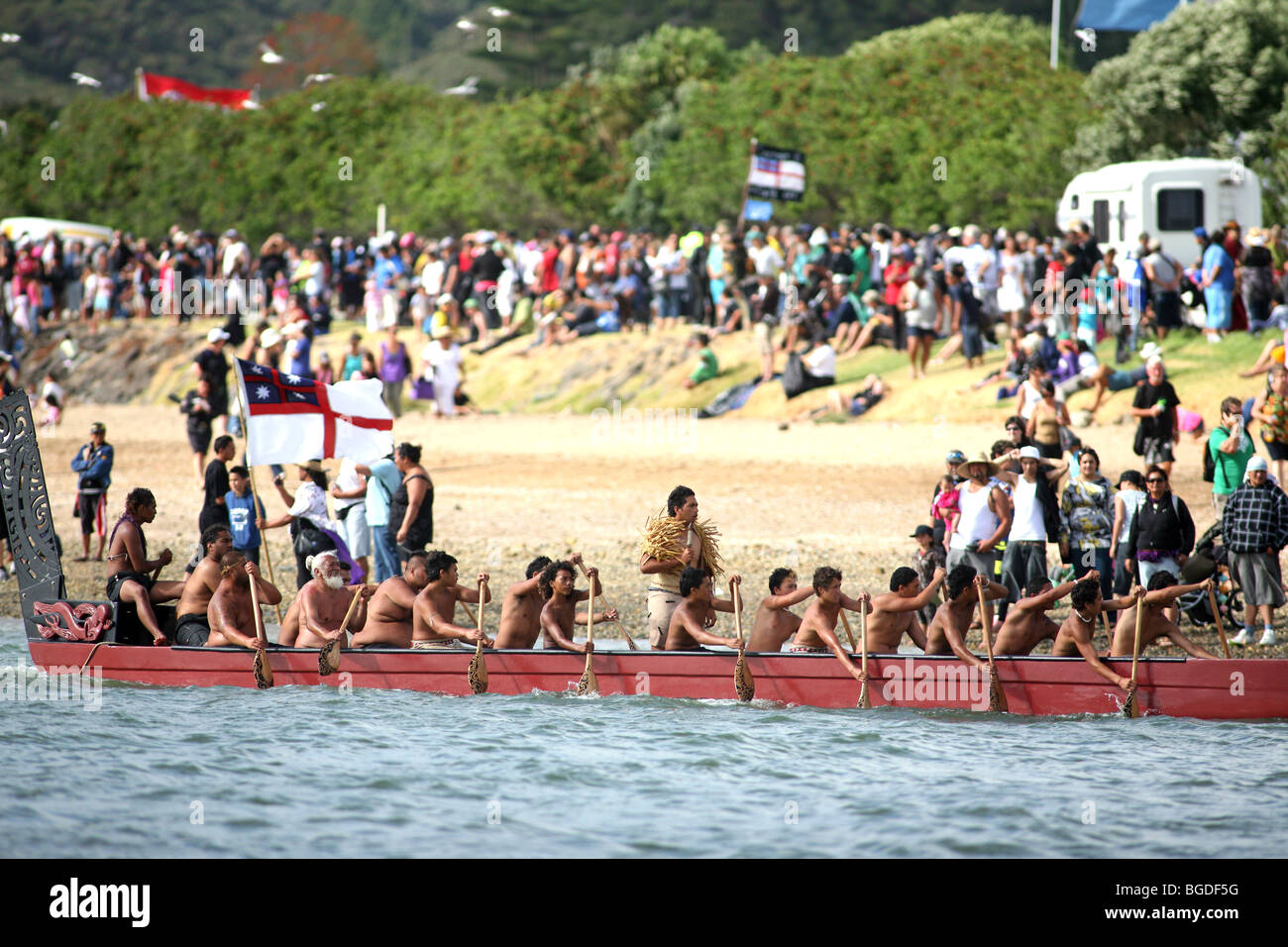 Un Waka Taua (war canoe) sur la rivière Waitangi Waitangi Day lors de célébrations. Waitangi, Northland, Photo Stock