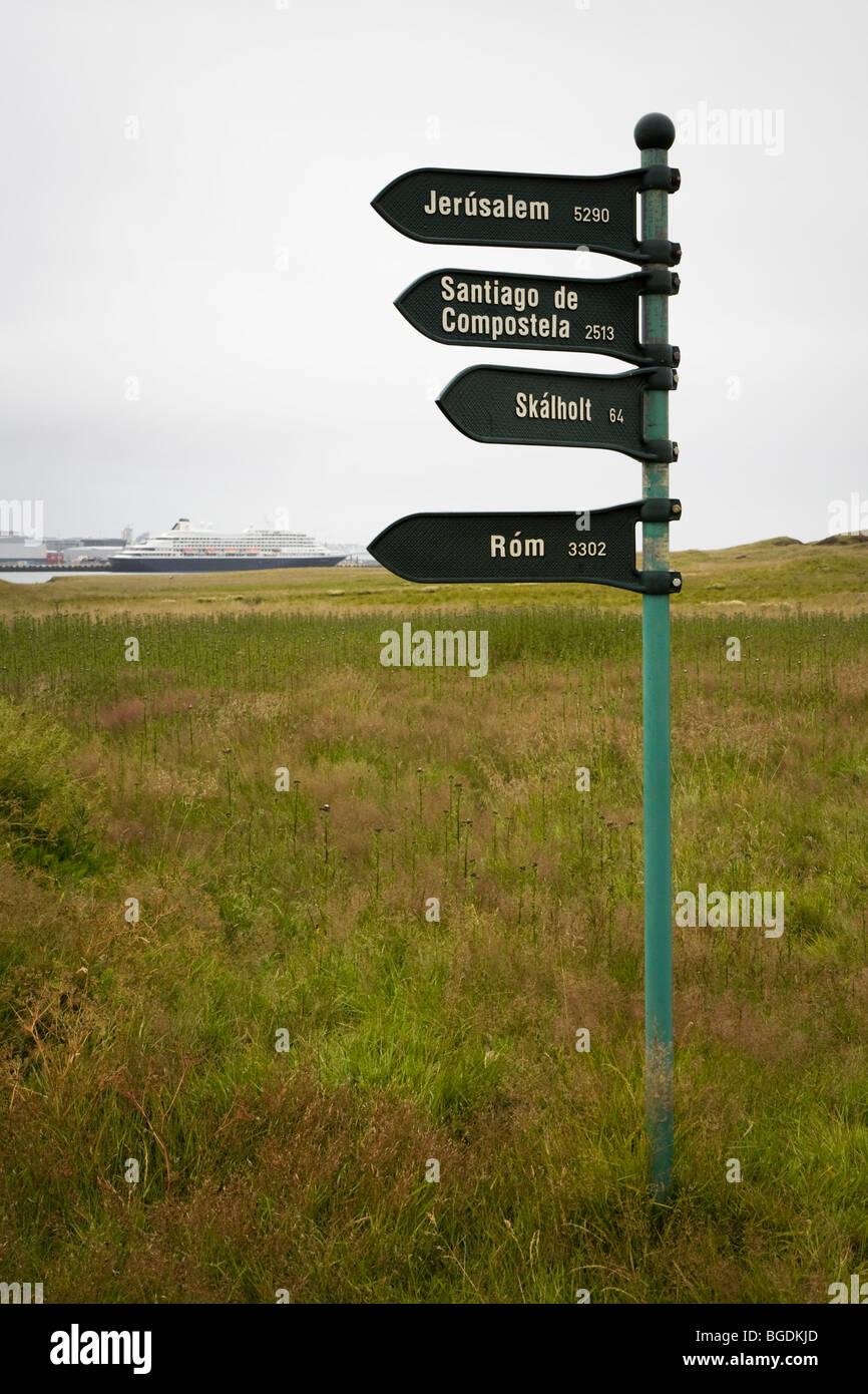 Panneau indiquant distance à divers endroits autour du monde. Videy island, Reykjavik, Islande. Photo Stock
