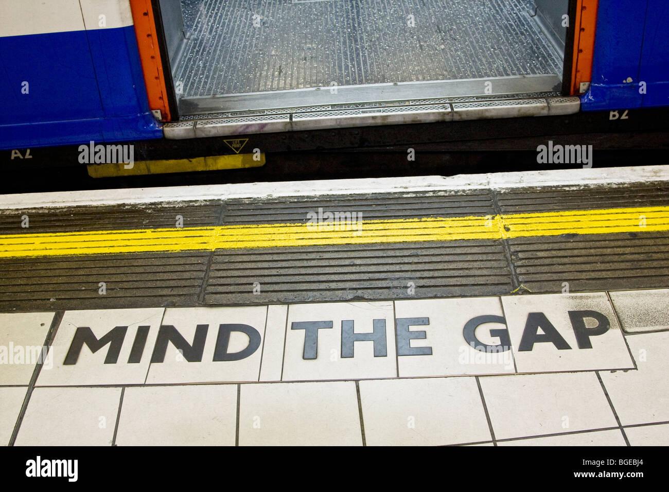 L'esprit l'écart signe entre train et une plate-forme dans le métro de Londres. Photo Stock