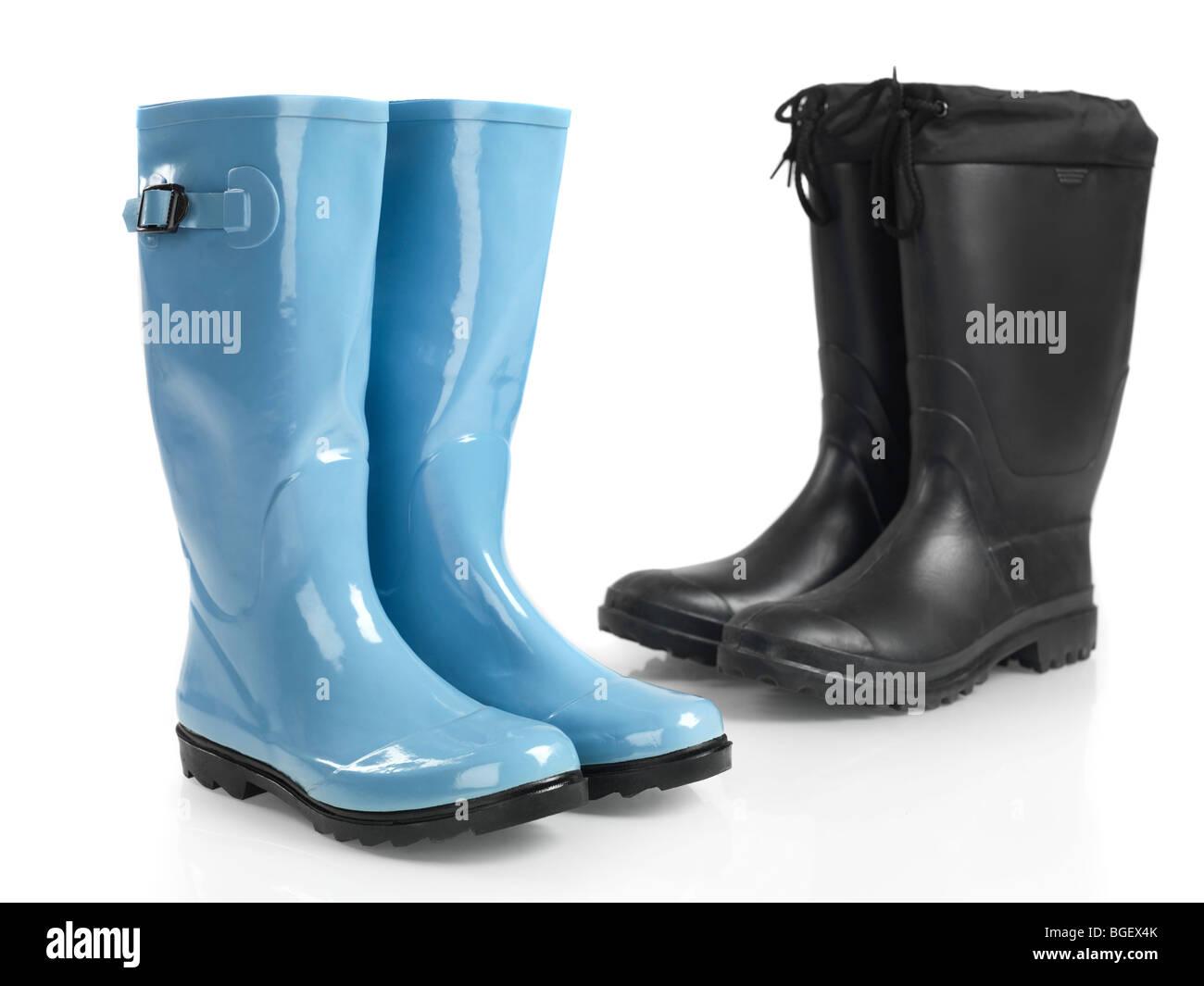 Deux paires de bottes en caoutchouc isolé sur fond blanc Photo Stock