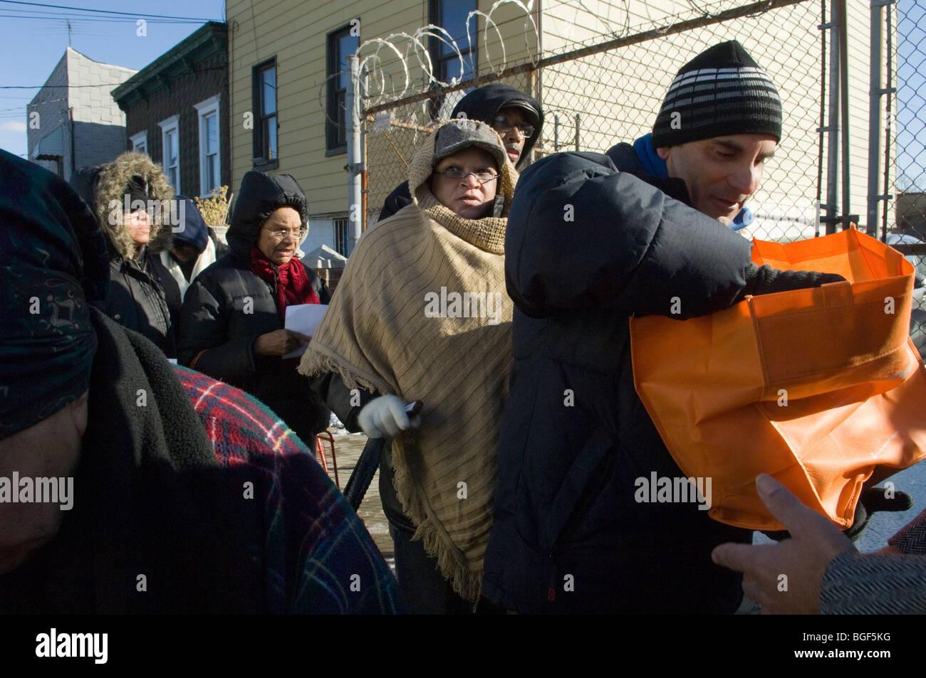 Les familles à faible revenu reçoivent des dindes donnés par Fresh Direct au pain de vie garde-manger Photo Stock