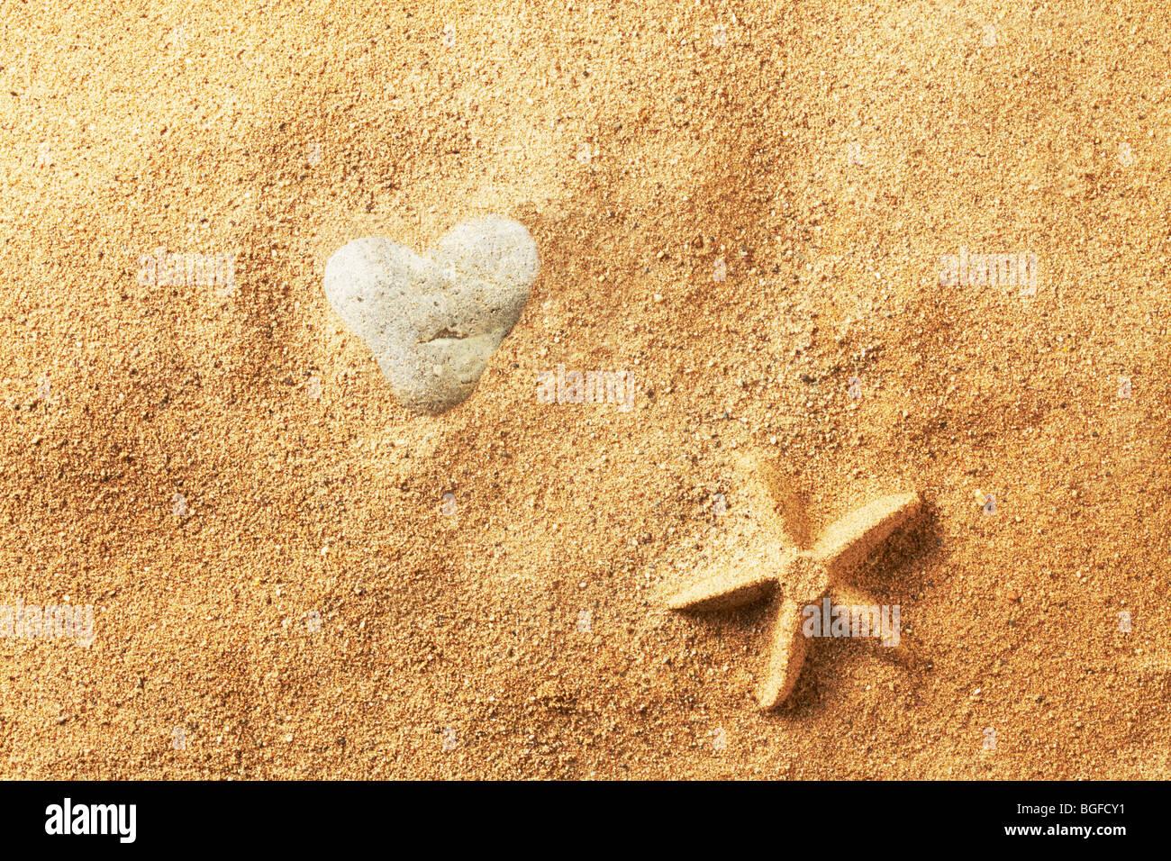 Pierre en forme de coeur dans le sable Photo Stock
