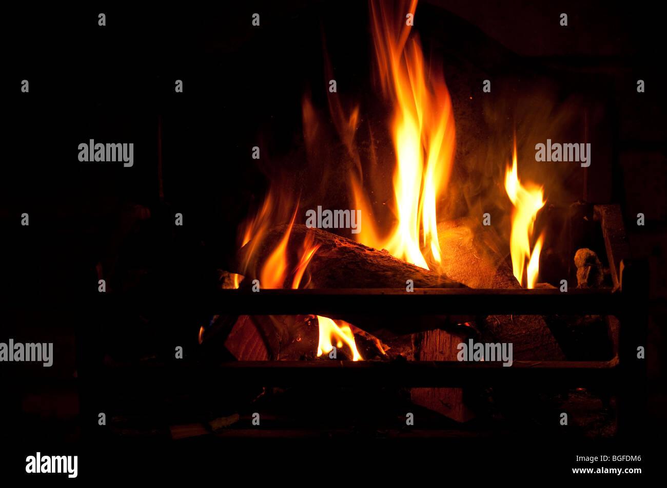 Foyer - un vrai feu de bois. Photo Stock