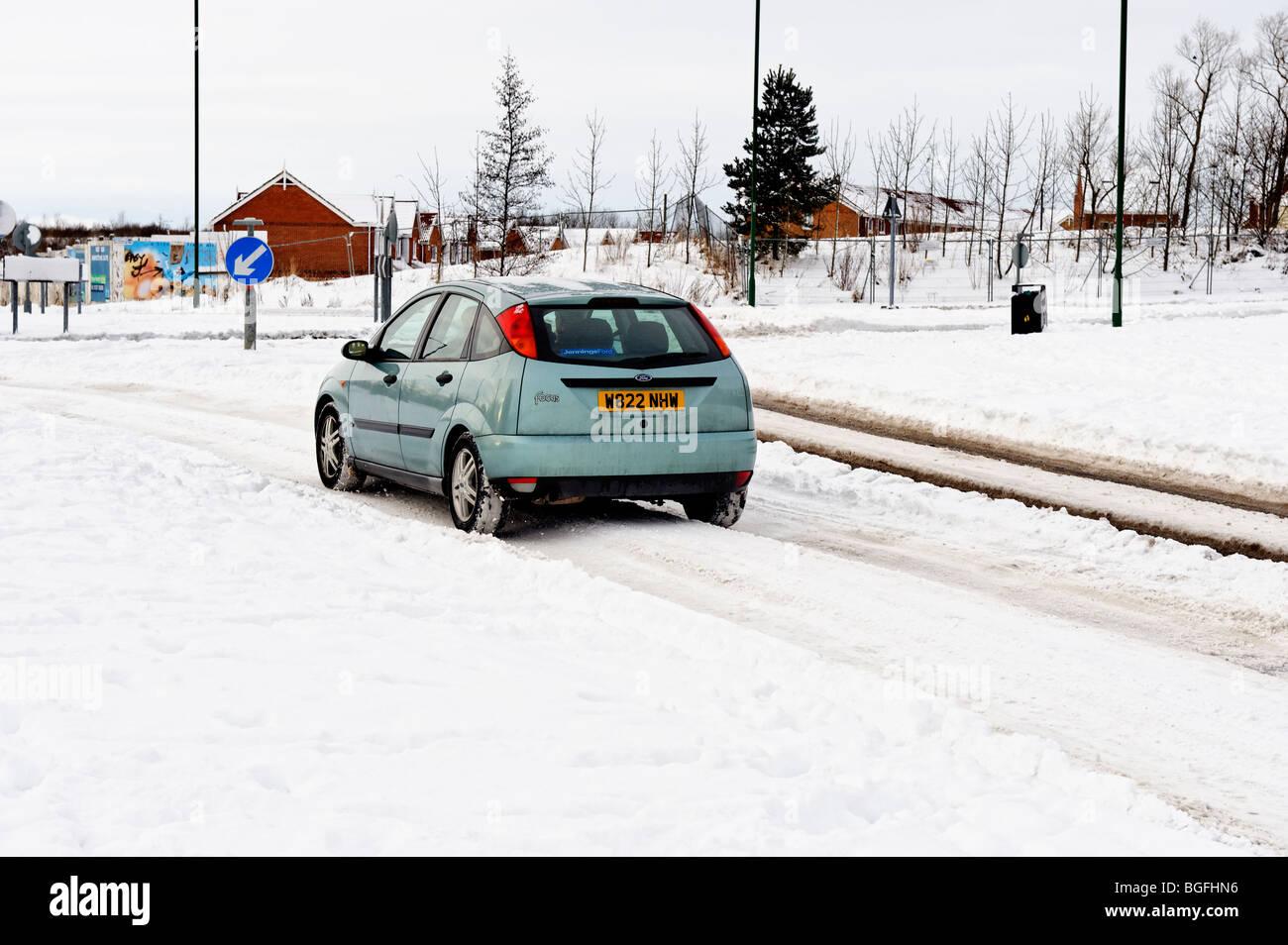 Circuler en hiver car la conduite dans la neige sur une route urbaine Banque D'Images