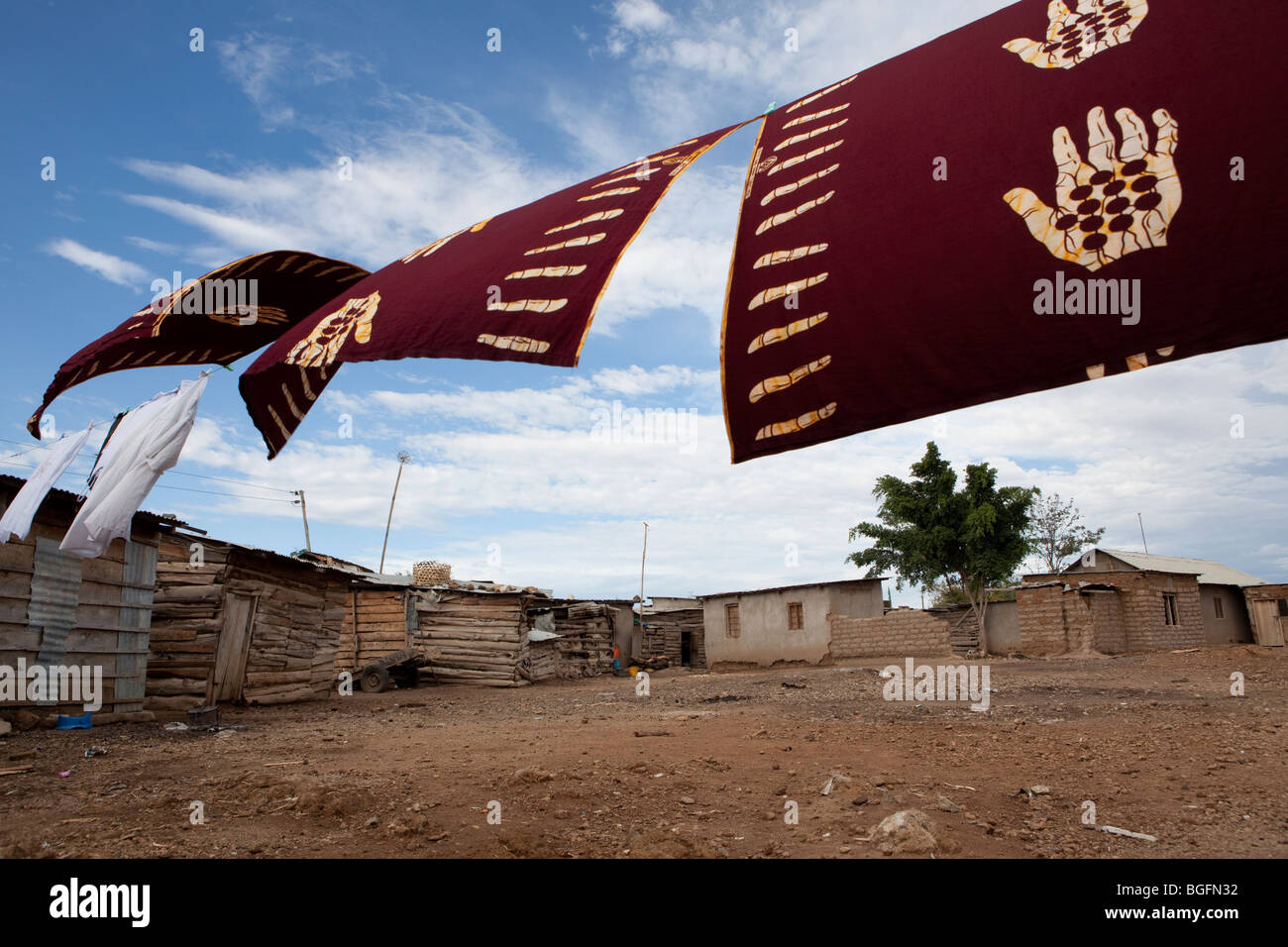Séchage en tissu sur la ligne, Mererani, la Tanzanie, la seule source connue de tanzanite. L'Afrique de Photo Stock