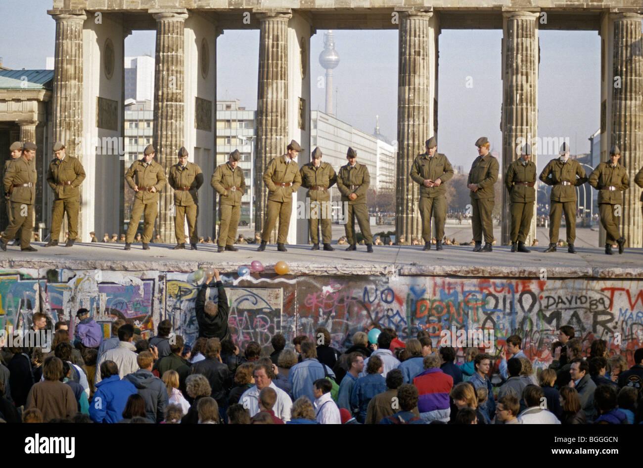 Chute du Mur de Berlin: les soldats d'enregistrer le mur à la porte de Brandebourg, Berlin, Allemagne Photo Stock
