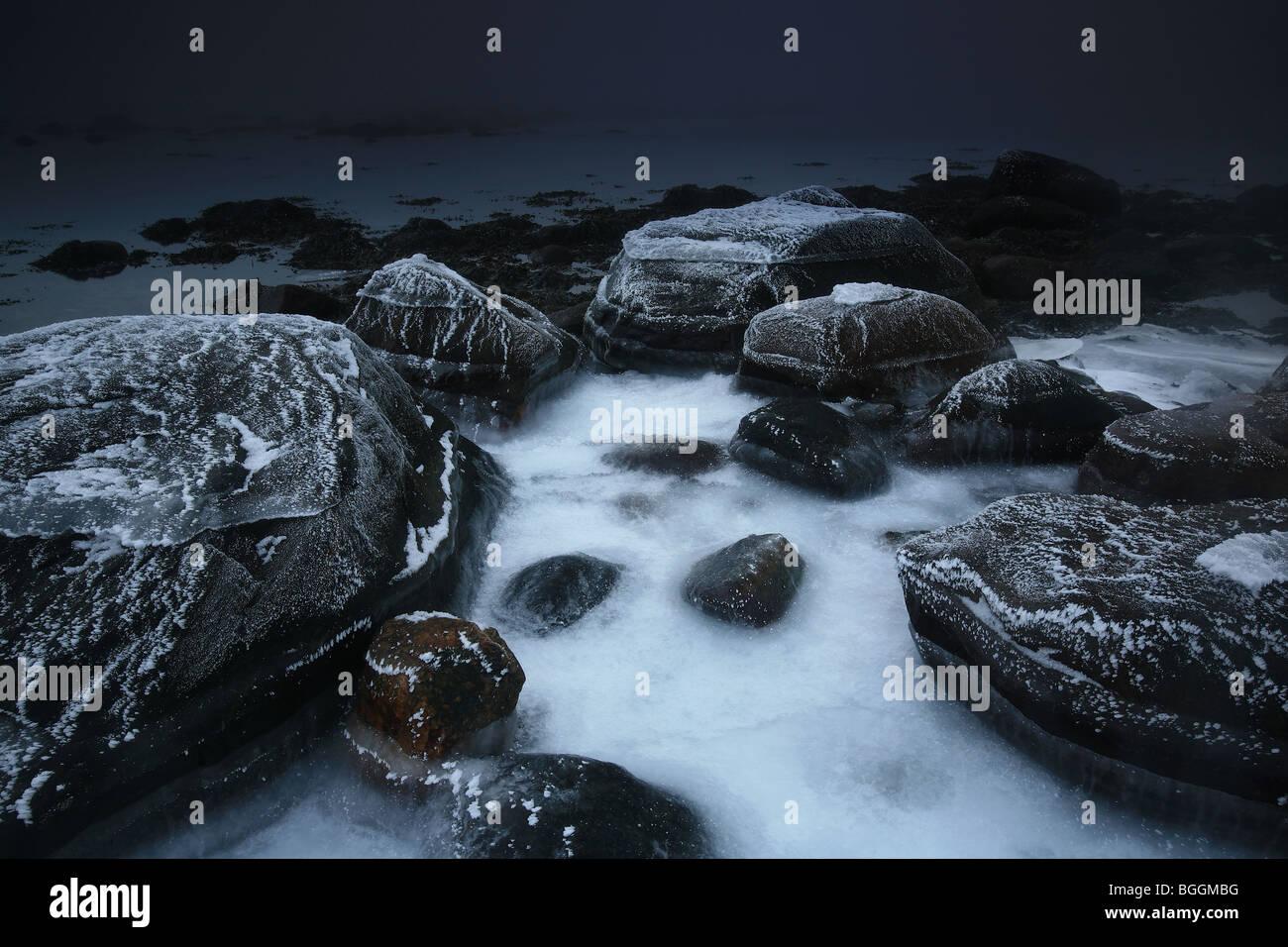 Littoral par le fjord gelé à Larkollen à Rygge, au Maroc. Photo Stock