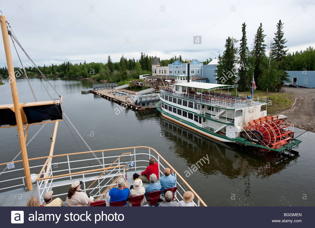 Alaska, Fairbanks. Le Riverboat Discovery tour à aubes le long de la rivière Chena touristes donne un Photo Stock