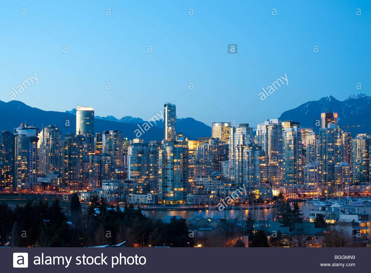 Appartements et condominiums le long de False Creek à Vancouver, BC Canada Photo Stock
