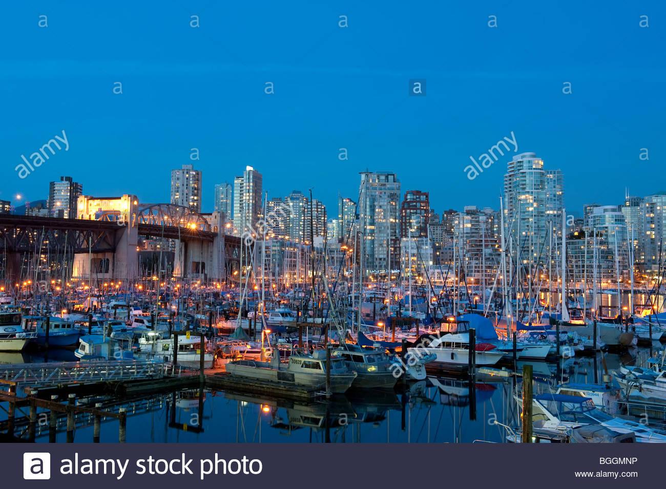 Un petit bateau port sur False Creek et l'horizon au crépuscule, Vancouver, Vancouver, Colombie-Britannique, Photo Stock