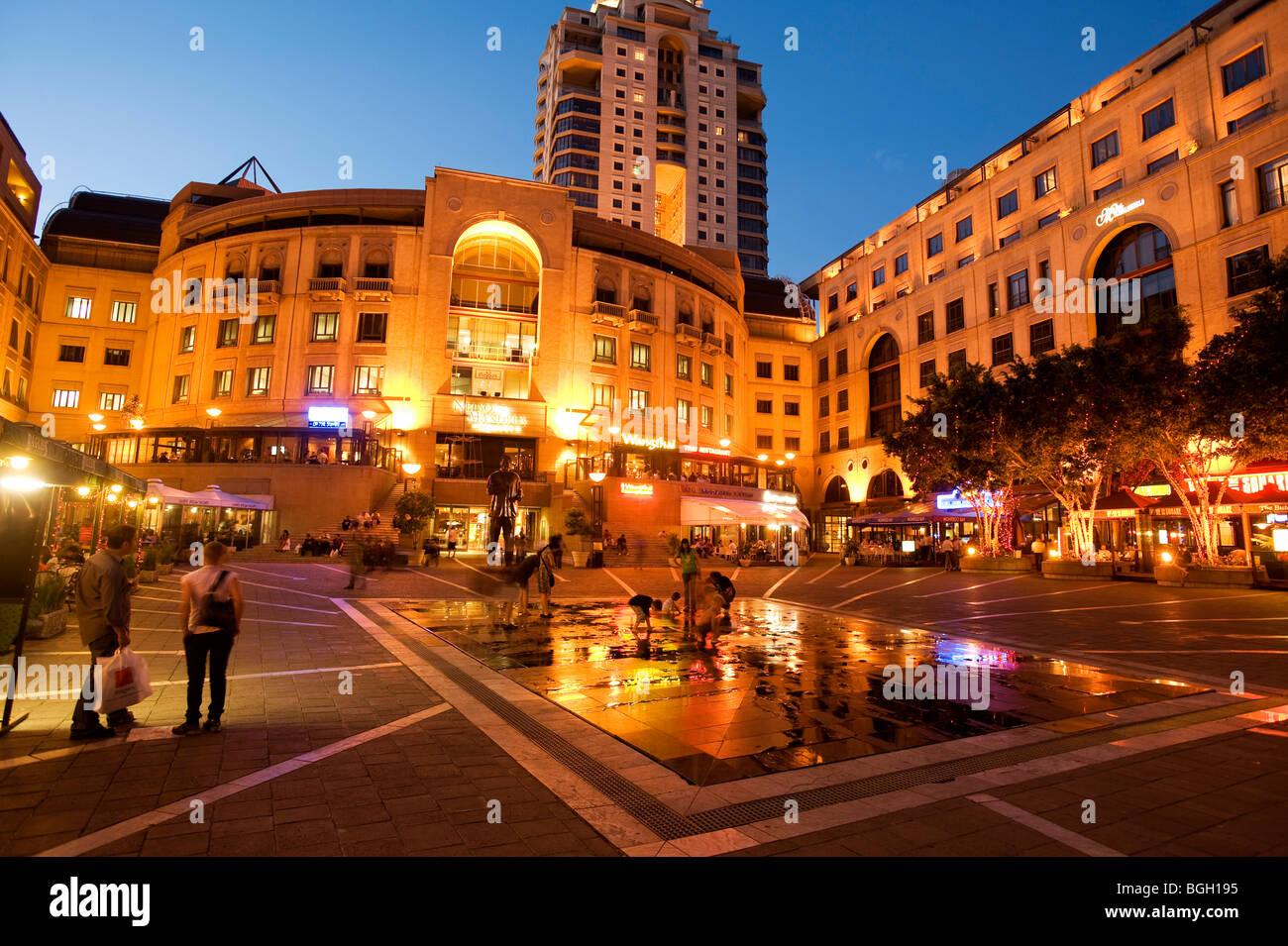 La place Nelson Mandela dans la soirée. Sandton, Johannesburg, Afrique du Sud Photo Stock
