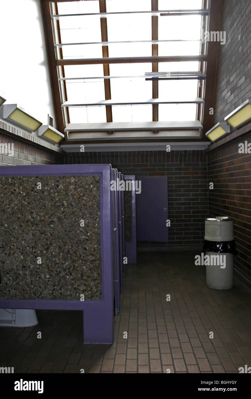 Toilette publique avec design fenêtre solaire passif Photo Stock