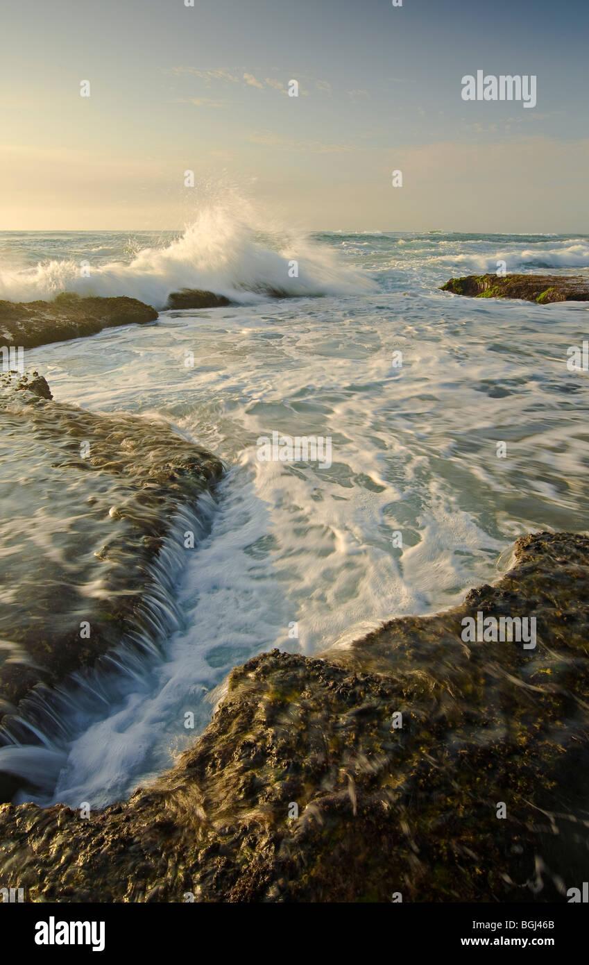 Lave-ondes en piscine dans les rochers à l'aube, les roches de la Mission, de la zone humide d'Isimangaliso, Photo Stock