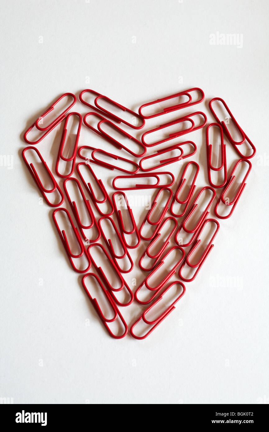 Concept office romance - coeur de papier rouge clips, trombones, isolé sur fond blanc Photo Stock
