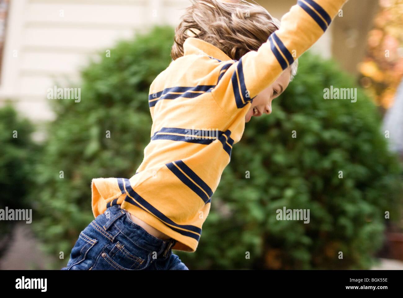 garçon sautant Banque D'Images