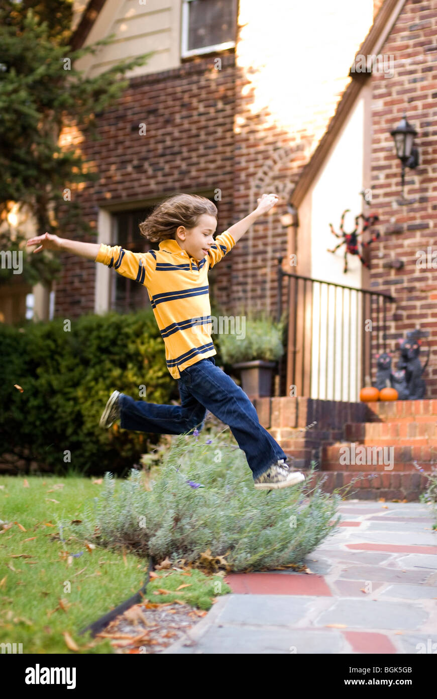 Garçon sautant dans l'air Banque D'Images