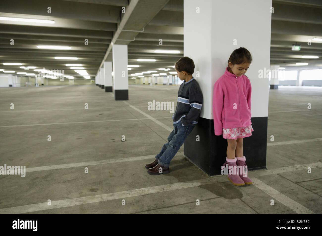 Les enfants dans le parc de voiture Banque D'Images