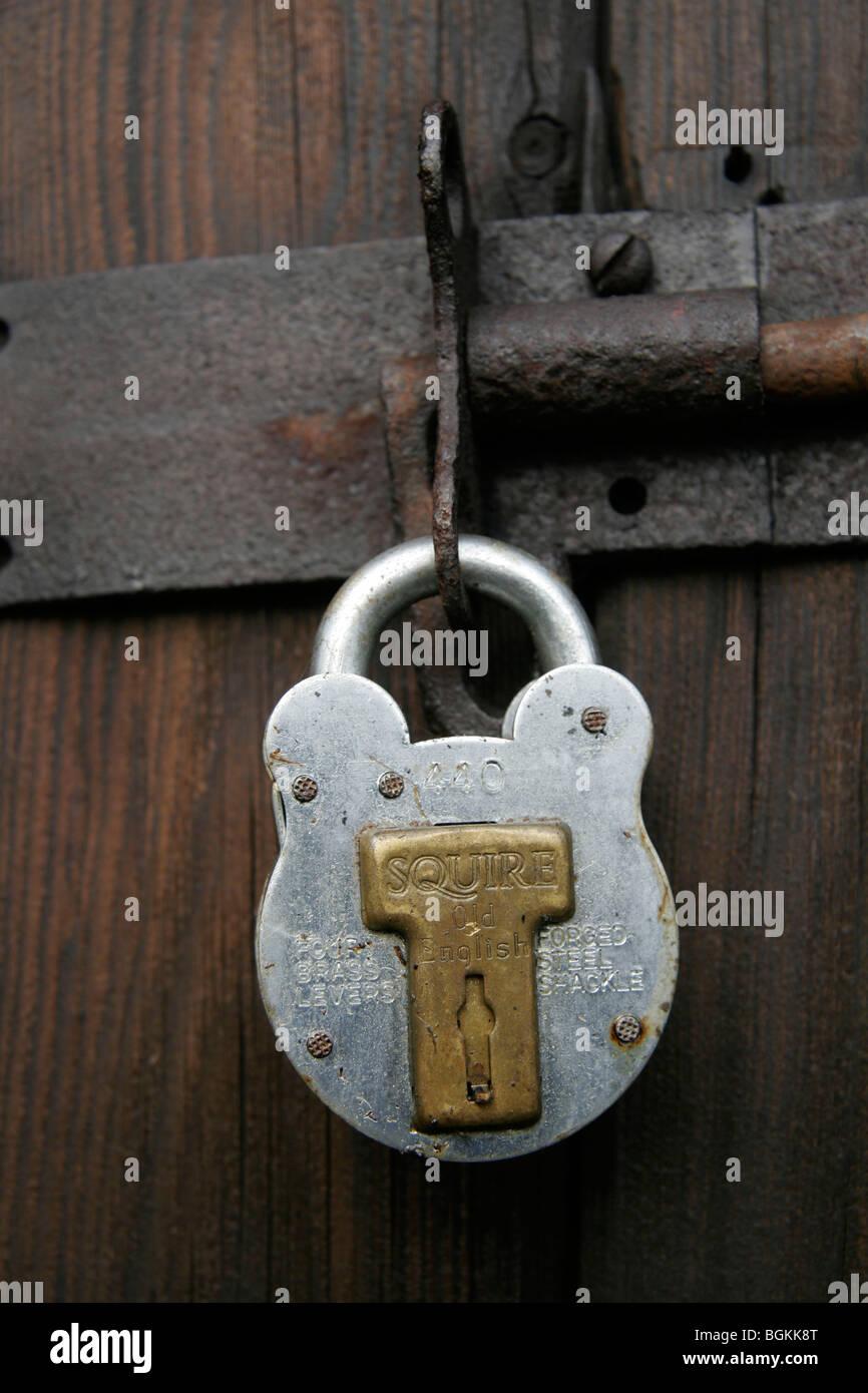 Squire cadenas sur une vieille porte en bois Photo Stock