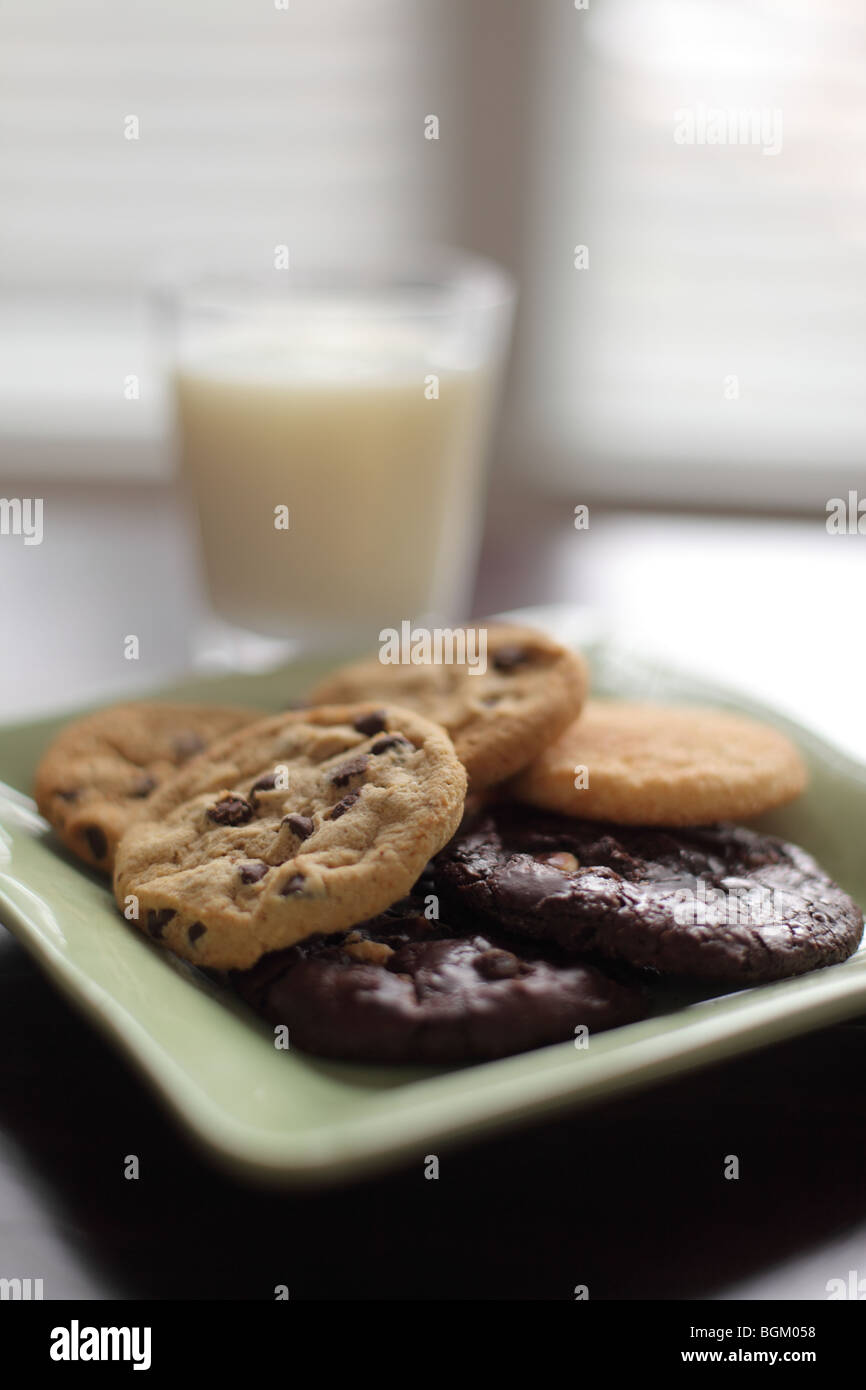 Les cookies de la plaque et du lait Photo Stock