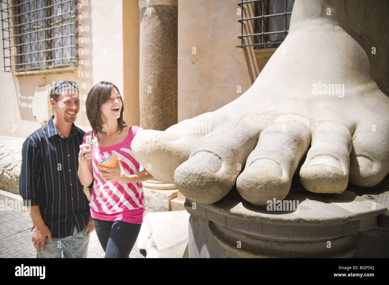 Jeune couple à la grande statue en pied au Musée Capitolin dans Photo Stock