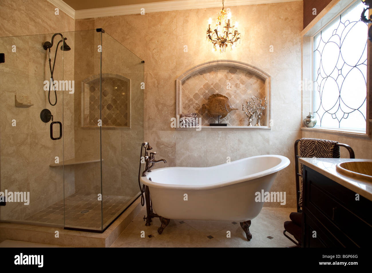 salle de bains principale avec baignoire de style victorien