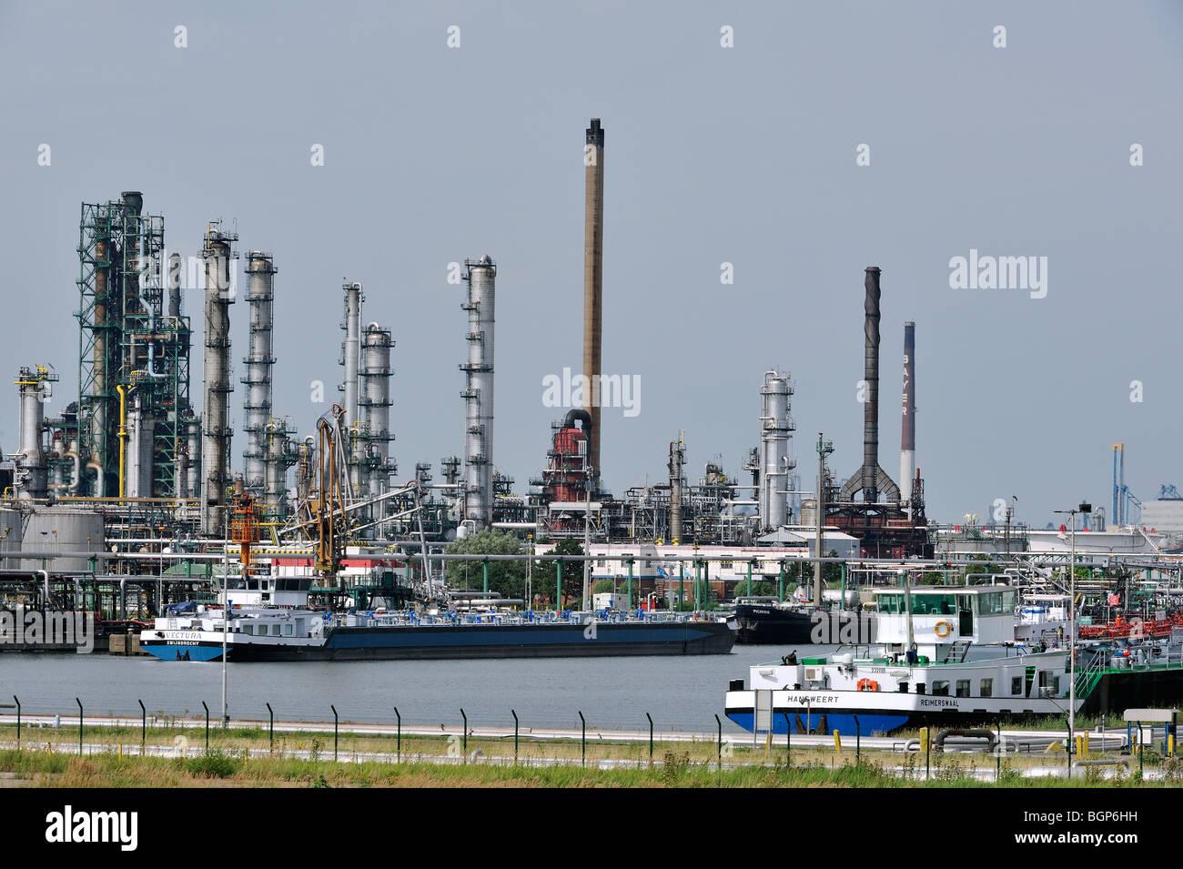 Dans les navires quai la raffinerie de p trole de l 39 industrie p trochimique du port d 39 anvers - Port d anvers belgique adresse ...