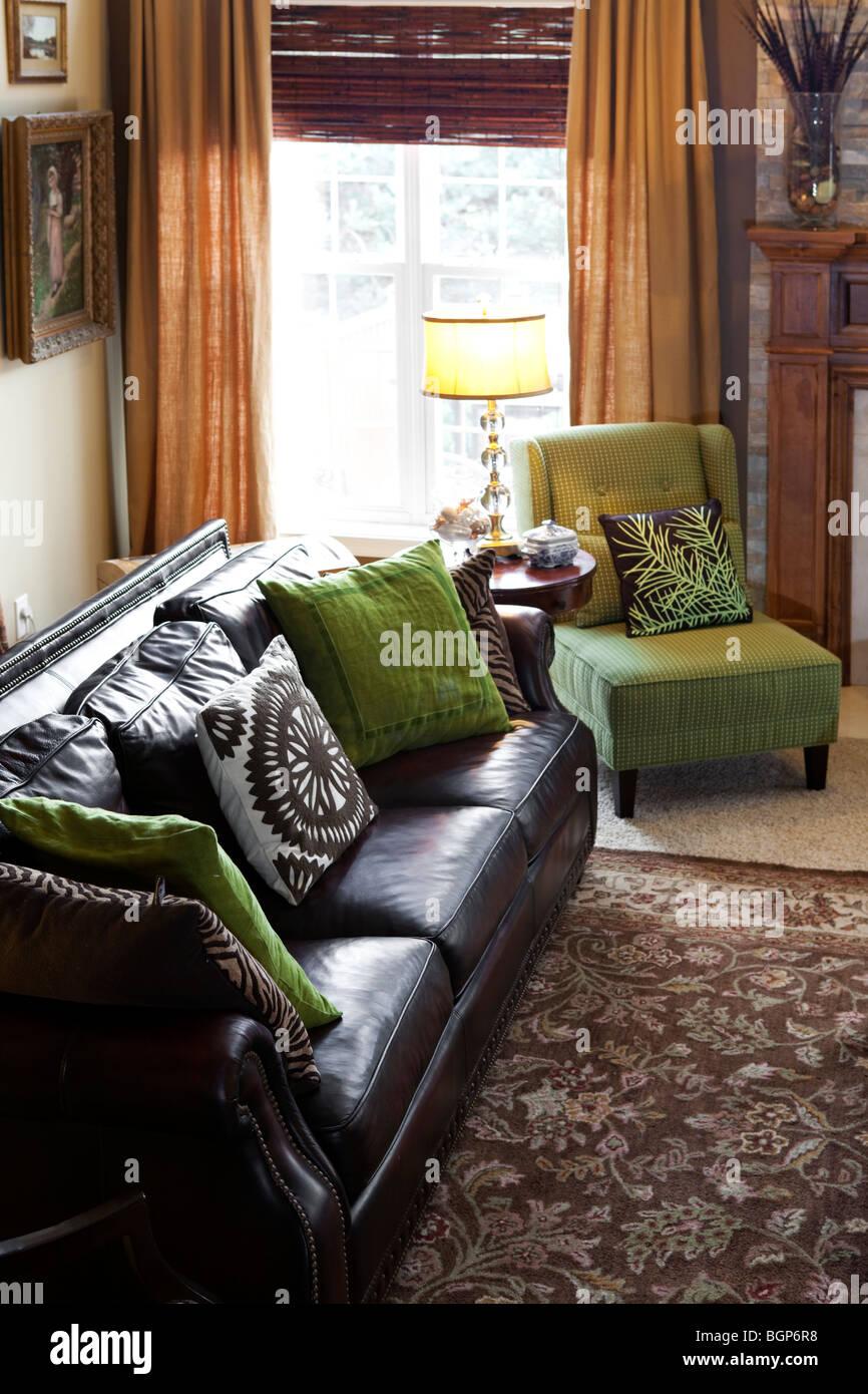 Canapé En Cuir Marron Foncé Avec Un Fauteuil Vert Acide Side Table Avec  Lampe Par La Fenêtre Dans Un Salon De Lu0027Amérique Contemporaine