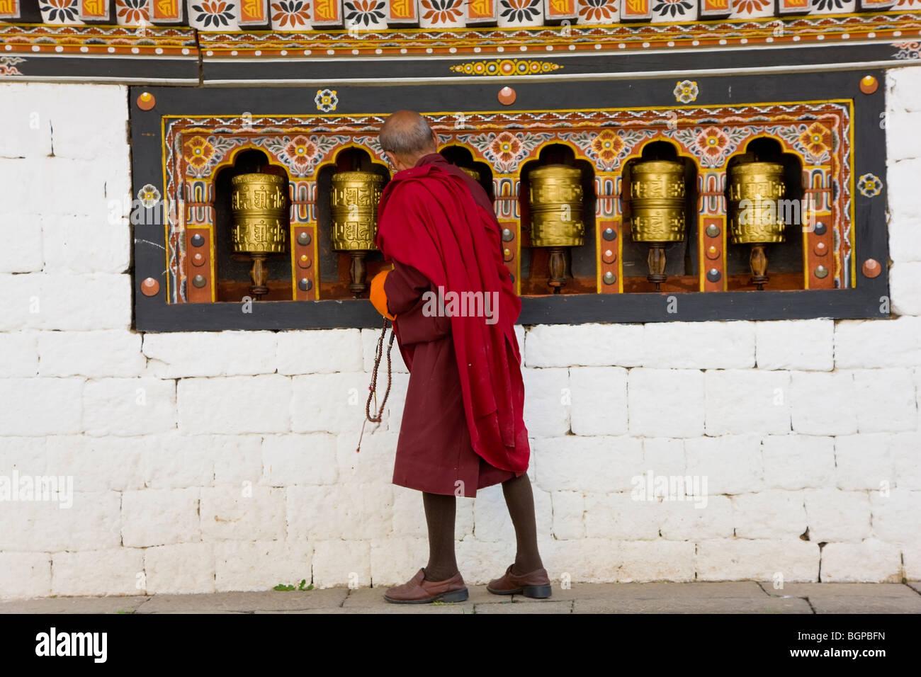 Monks & roues de prière. Trashichhoe Dzong (monastère), Thimpu, Bhoutan Photo Stock