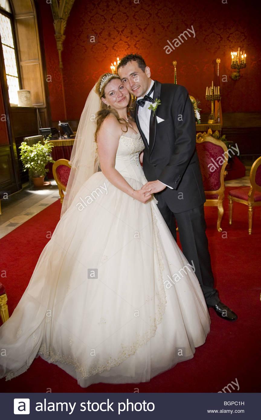 Mariée et le marié à l'hôtel de ville Photo Stock
